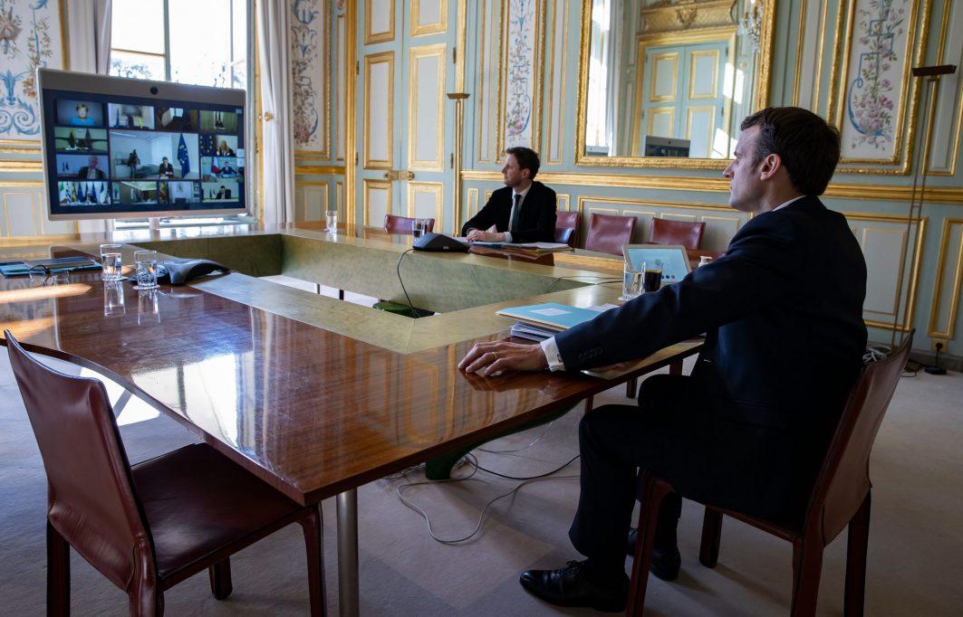 Der französische Präsident Emmanuel Macron in einer Videokonferenz mit Mitgliedern des Europäischen Rates.