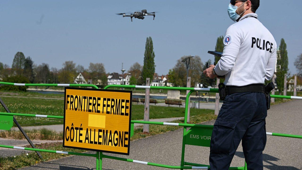 Ein französischer Polizist überwacht die deutsch-französische Grenze mit einer Drohne.