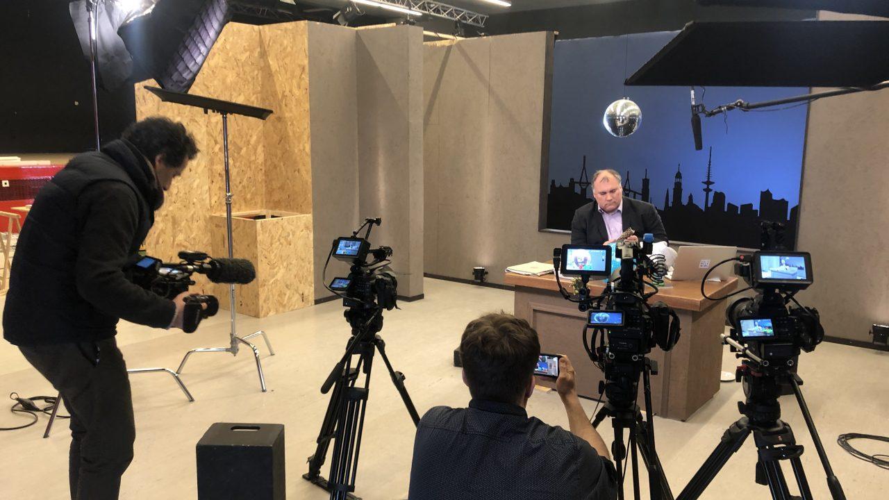 Schulleiter Björn Lengwenus bei der Produktion seiner Late Night Show für seine Grund- und Stadtteilschule Alter Teichweg in Hamburg.