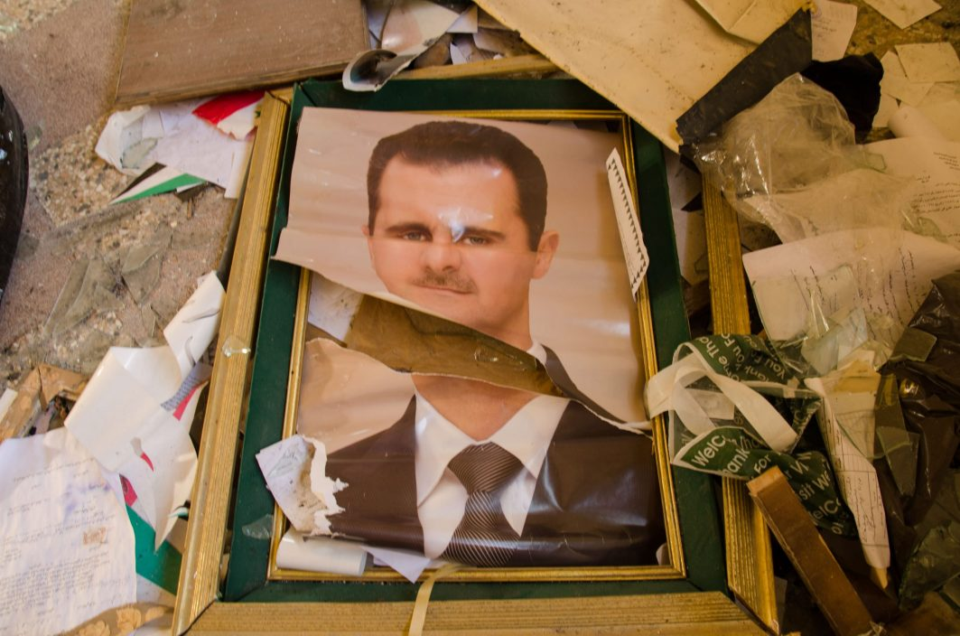 Zerstörtes Porträt Baschar al-Assads
