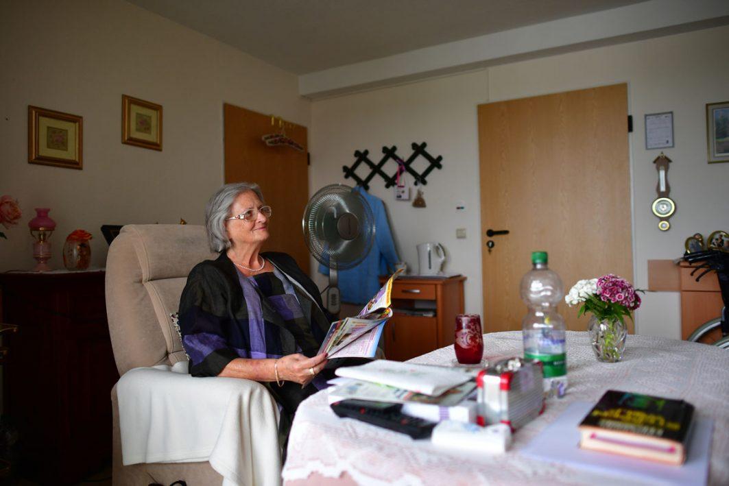 Hitzesommer, Bewohnerin Renate Stössel mit Ventilator