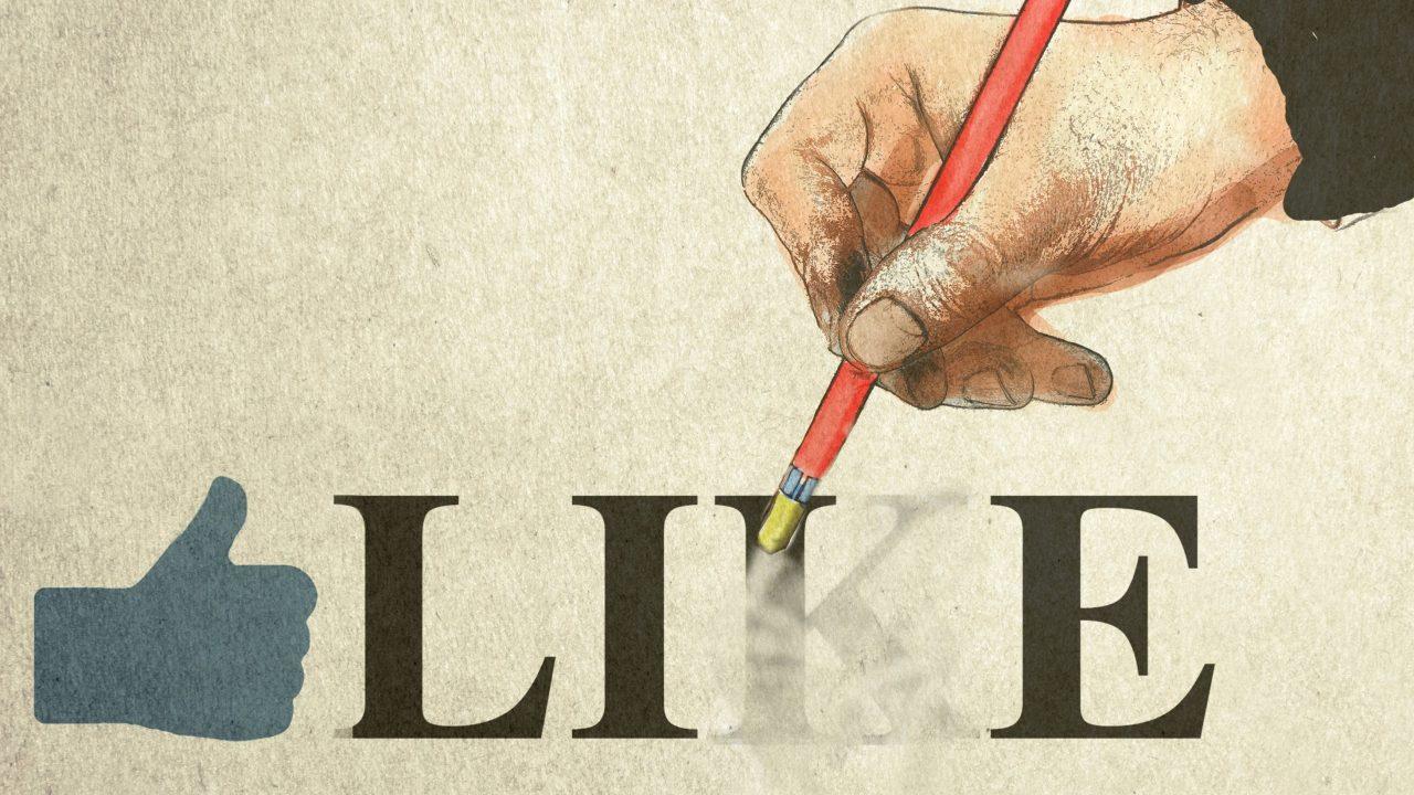 """Eine Zeichnung, auf der von rechts eine Hand mit einem roten Stift kommt, an dessen Ende ein Radiergummi ist. Die Hand radiert mit dem Radiergummi das Wort """"Like"""" zusammen mit einer Hand weg, die den Daumen nach oben zeigt."""