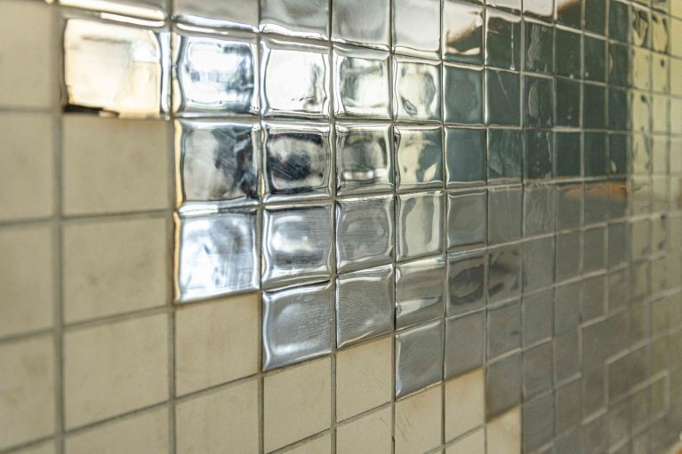 Bemalte Wand im Schulgebäude