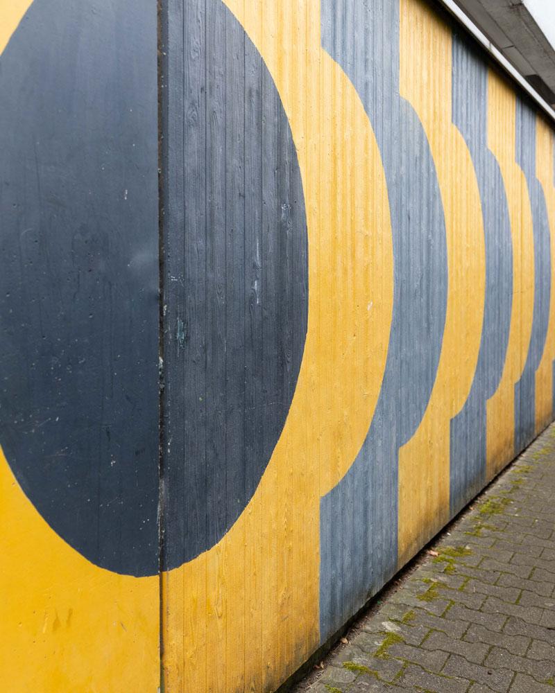 Eine in schwarz und gelb bemalte Wand der Mainzer Kanonikus-Kir-Realschule