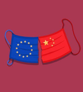 Ein gerissener blau-roter Mundschutz bestehend aus der EU-Flagge und der China-Flagge.