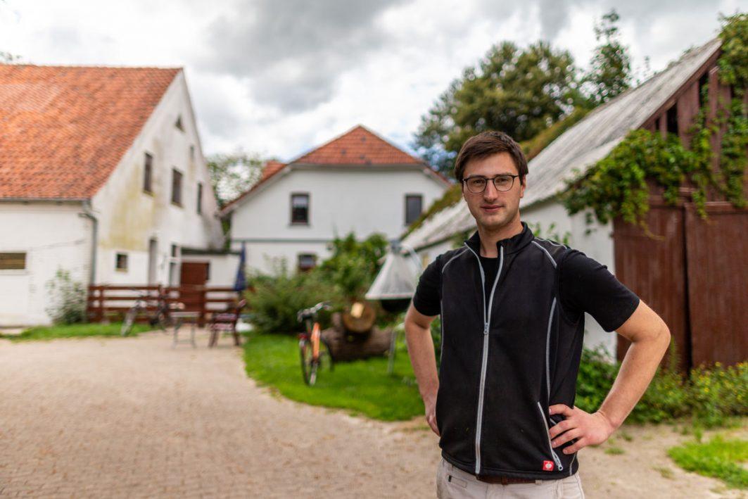 Jakob Schnackenberg auf seinem Familienhof in Niedersachsen