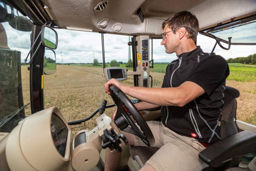 Jakob Schnackenberg beackert auf dem Traktor sein Ährenfeld.