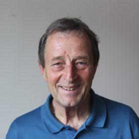 Porträt von Christoph Bertram. Er war Direktor der Stiftung Wissenschaft und Politik von 1998 bis 2005. Er hat eine Ausbildung als Jurist und Politologe absolviert und war von 1982 bis 1998 diplomatischer Korrespondent der ZEIT.