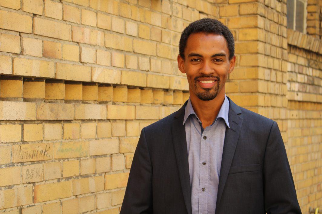 Porträt von Daniel Gyamerah, der Vorstand des Empowerment-Vereins Each One Teach One.