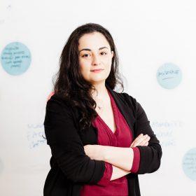 Porträt von Alena Baykal. Sie ist Forschungsmitarbeiterin beim Global Public Policy Institute (GPPi) in Berlin. Ihre Themenschwerpunkte umfassen die EU-Außenpolitik, Beziehungen zur Türkei, sowie EU-Energiediplomatie im Mittelmeerraum.