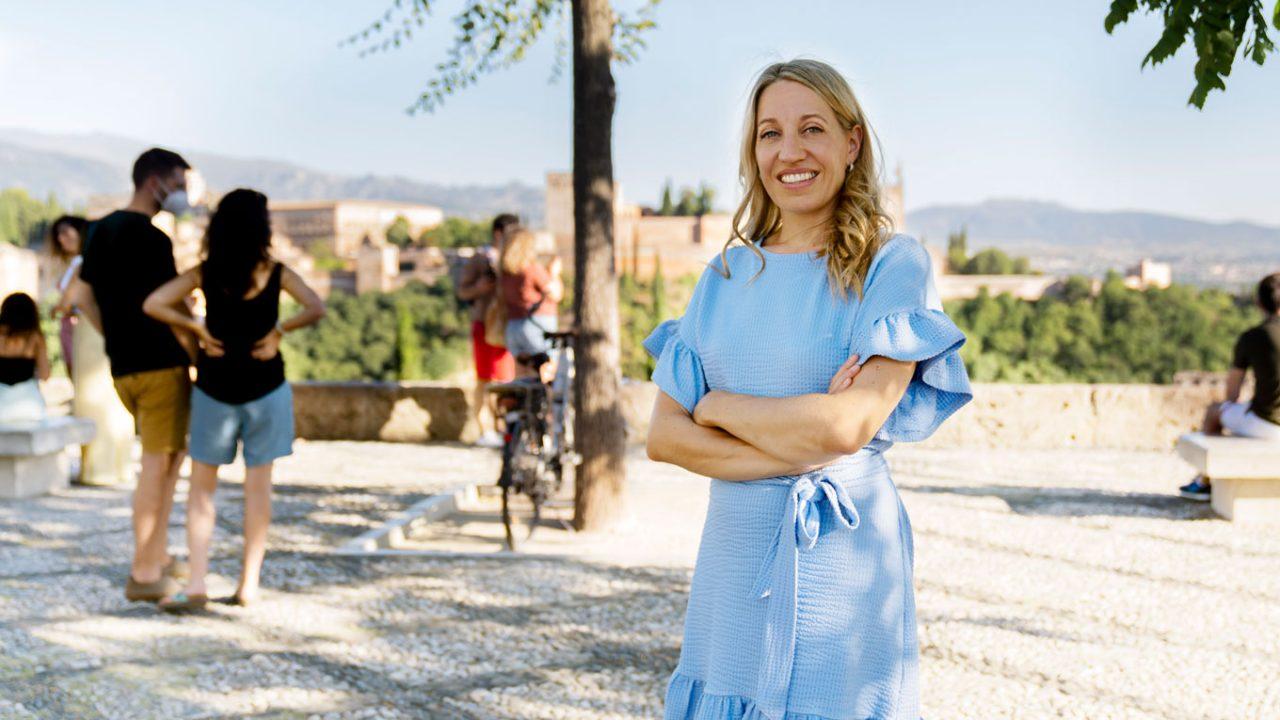 Maya Hennerkes steht in ihrem blauem Kleid auf einer Aussichtsplattform.