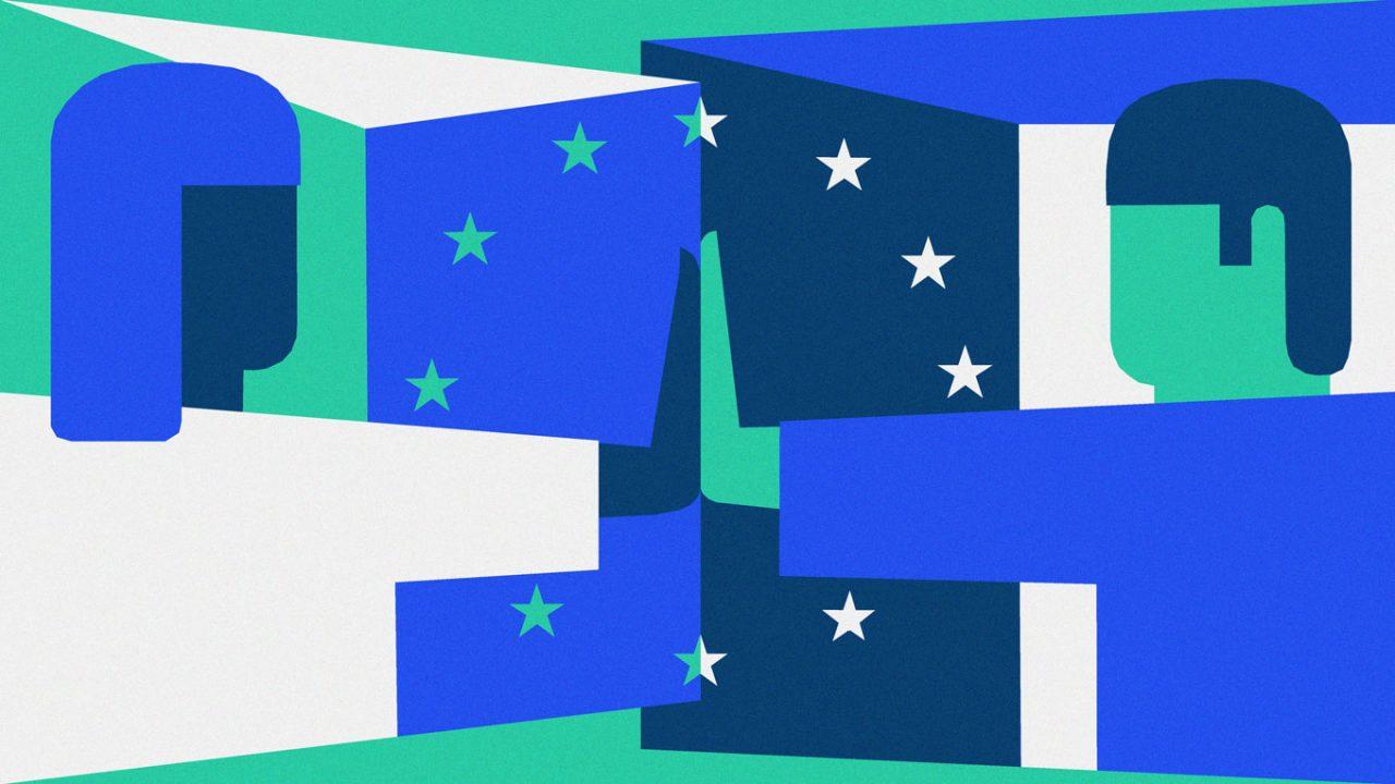 In grün, weiß und verschiedenen Blautönen sind auf dem Bild zwei Menschen zu sehen, links eine Frau und rechts ein Mann, die ihre Handflächen gegeneinander halten. Um ihre Arme und Hände herum ist ein Kreis aus Sternen. Im Hintergrund ist links ein dreieckiger Kasten in blau, weiß und grün und rechts ein Kasten mit vier Seiten in weiß, dunkelblau und hellblau.