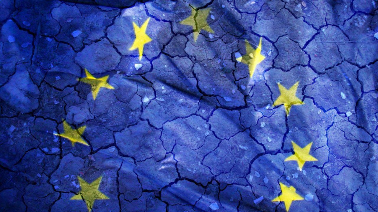 Auf einen rissigen Lehmboden wird blaues Licht geworfen sowie gelbe Sterne, die in einem Halbkreis angeordnet sind.