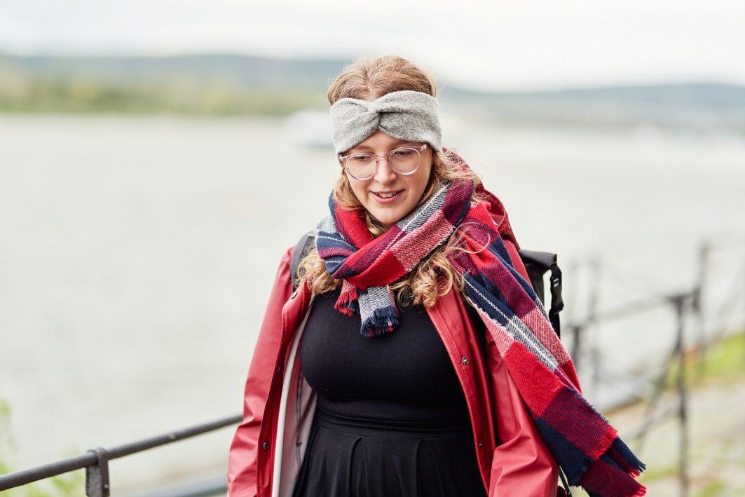 Die EU-Kompakt-Kurs-Trainerin Luisa Hieckel läuft an der Bonner Rheinpromenade entlang.