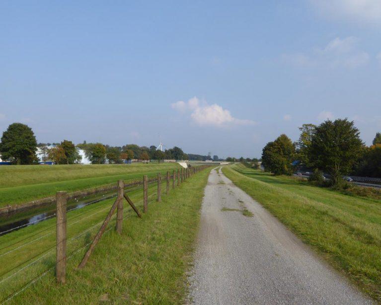 Feldweg neben Bach