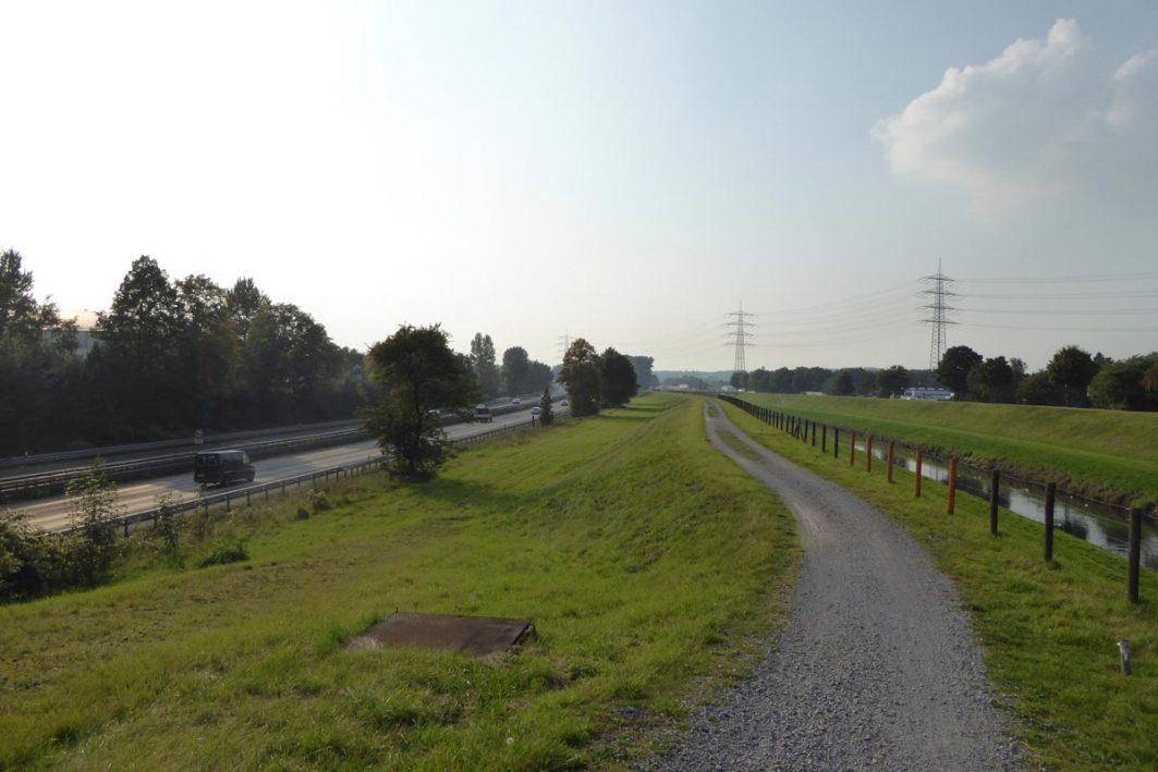 Feldweg neben Straße
