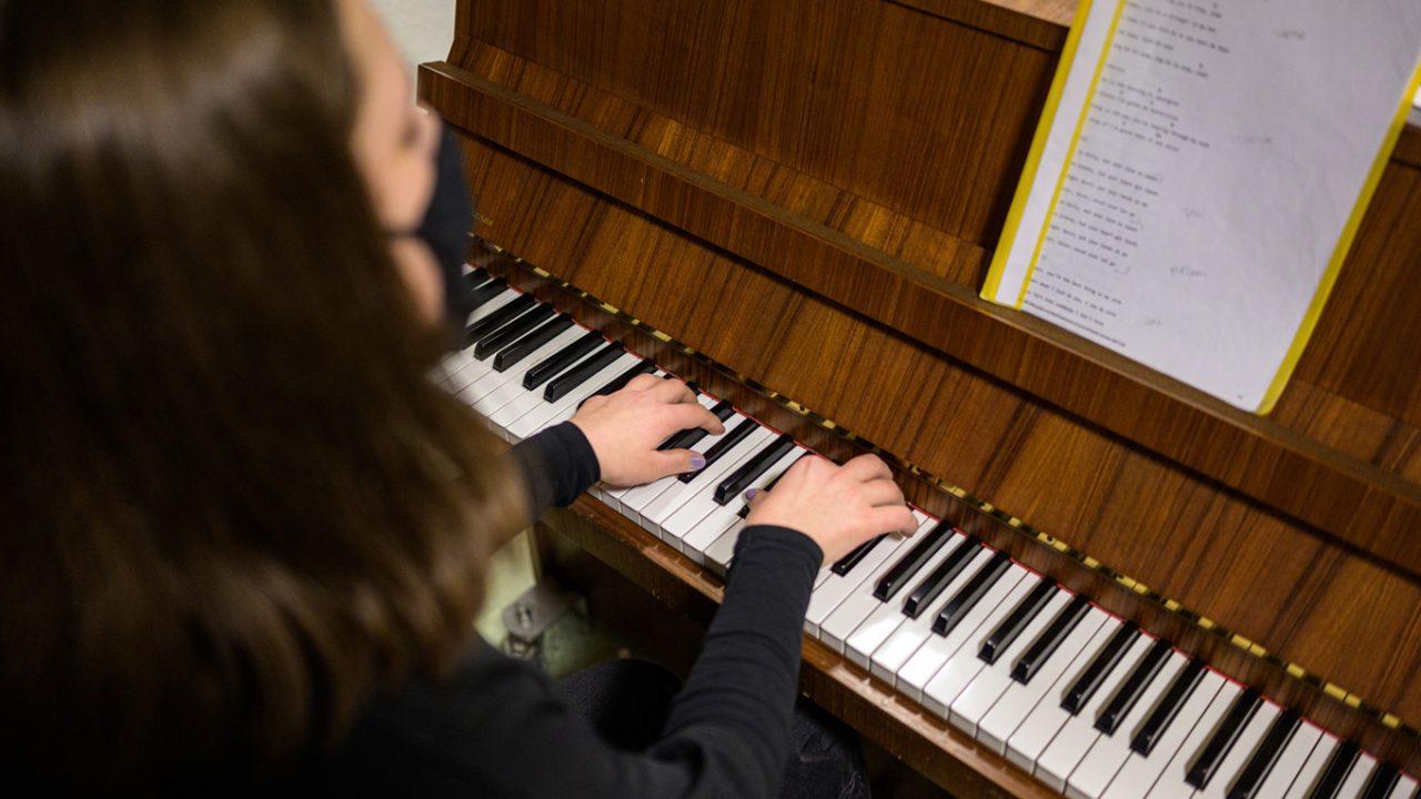 Schülerin spielt Klavier