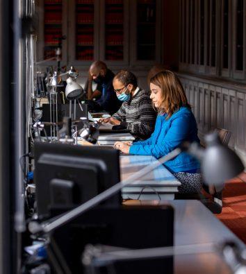Frau (Márta Pardavi) arbeitet am Laptop