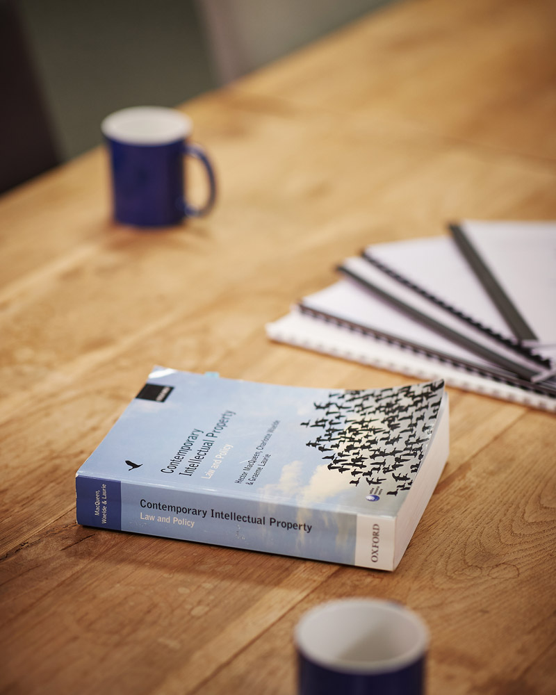 Buch liegt auf Schreibtisch