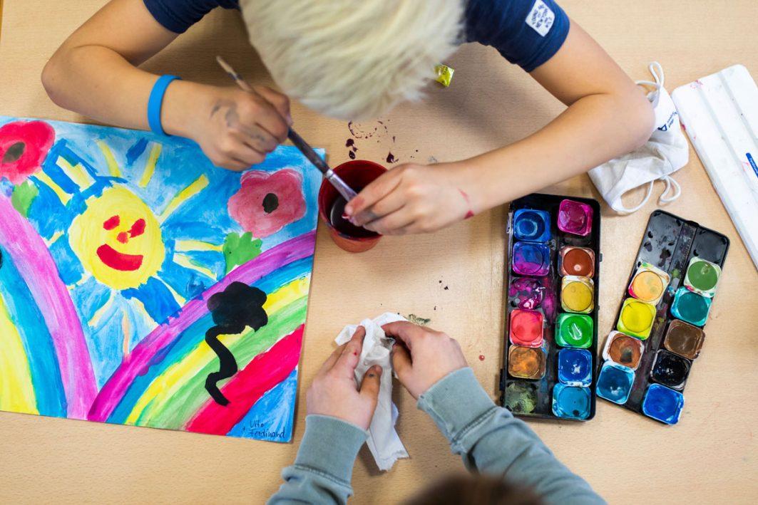 Schüler*innen im Kunstunterricht