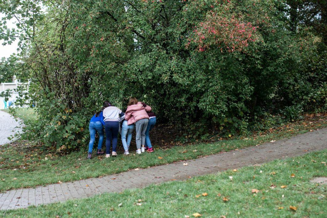 Schüler*innen spielen im Freien