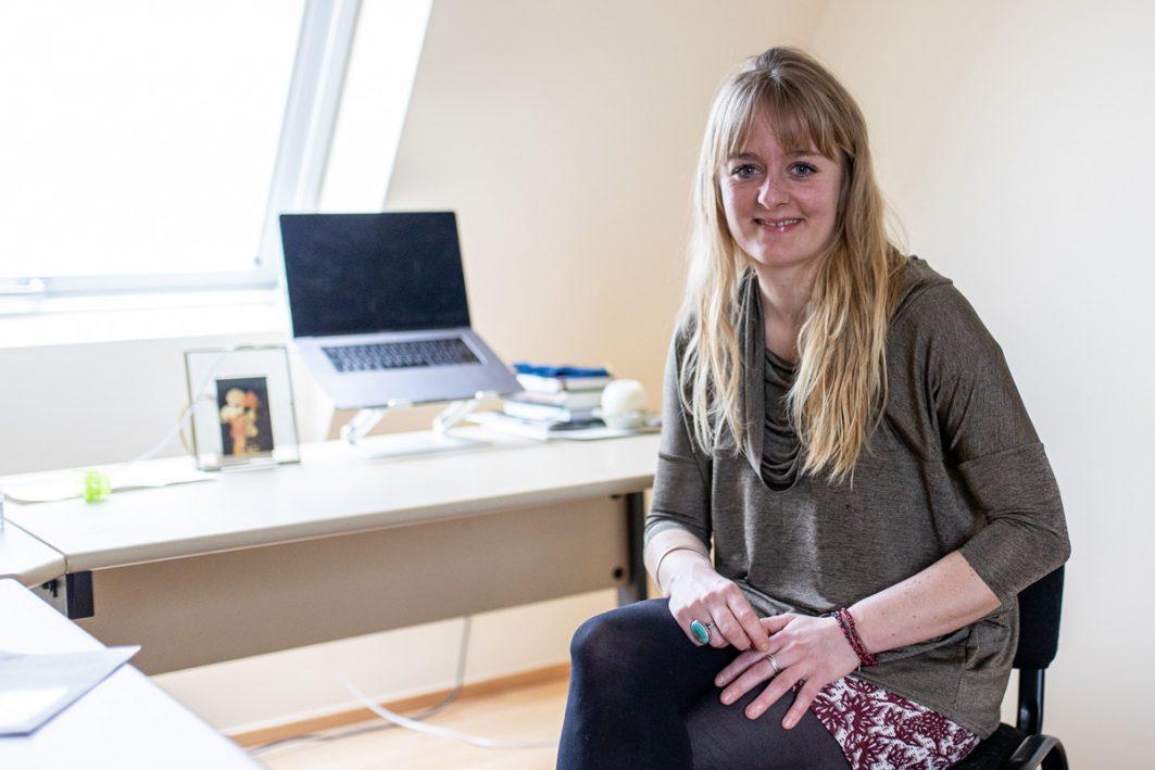 Die 30-jährige Amélie Jaques-Apke an ihrem Schreibtisch