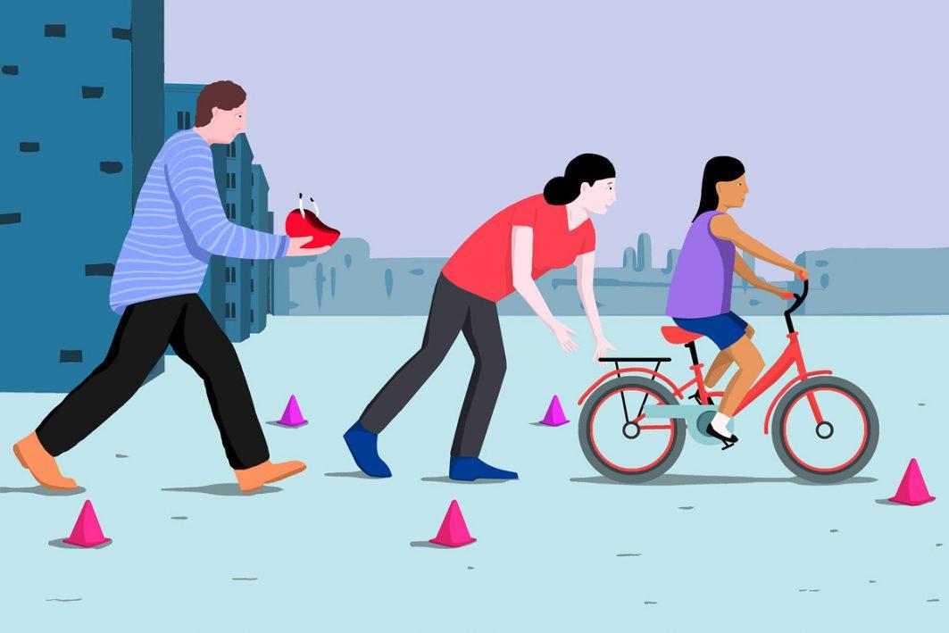 Ein Mädchen lernt Fahrrad fahren