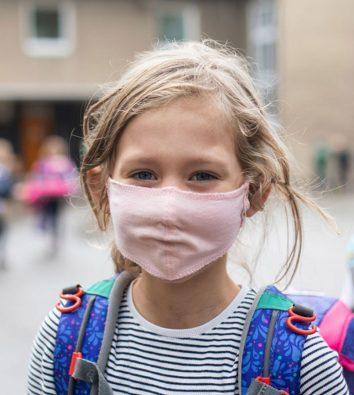 Schülerin auf dem Schulhof