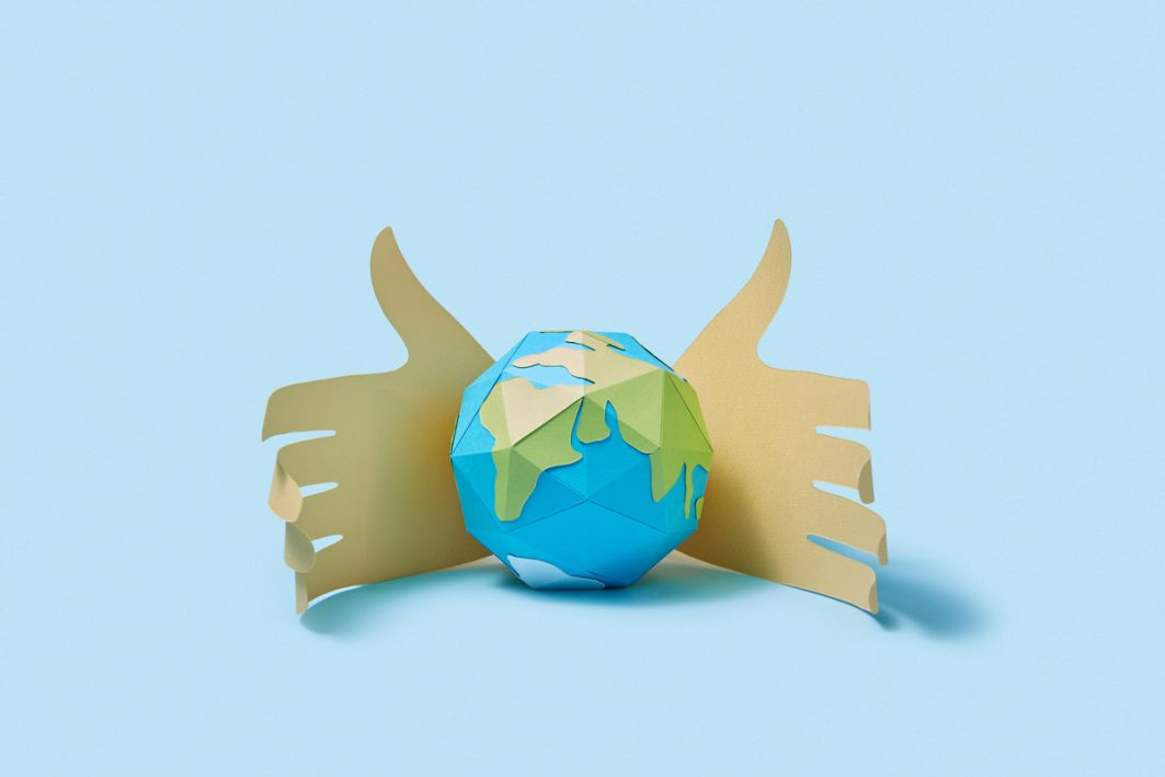Hände halten Weltkugel