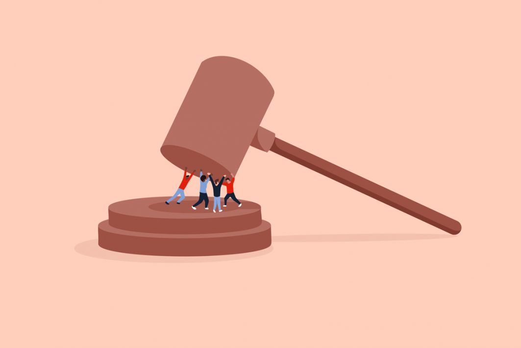 Menschen halten einen Richterhammer